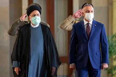 از راست: مصطفی الکاظمی نخست وزیر عراق و آیت الله سید ابراهیم رئیسی رئیس جمهور در مراسم استقبال رسمی رئیس جمهور از نخست وزیر عراق