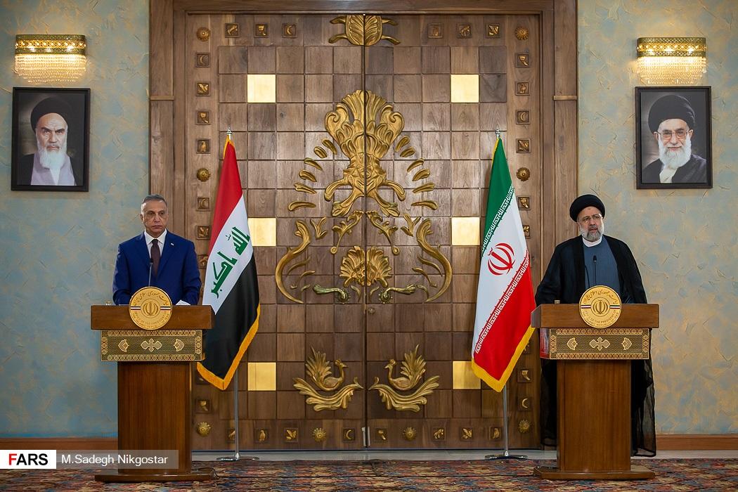 از راست: آیت الله سید ابراهیم رئیسی رئیس جمهور و مصطفی الکاظمی نخست وزیر عراق در نشست خبری مشترک پس از دیدار با یکدیگر