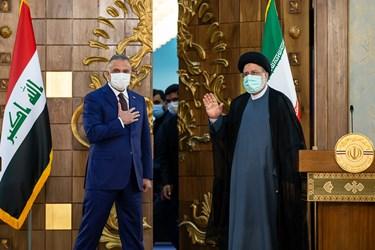 از راست: آیت الله سید ابراهیم رئیسی رئیس جمهور و مصطفی الکاظمی نخست وزیر عراق در پایان نشست خبری مشترک پس از دیدار با یکدیگر