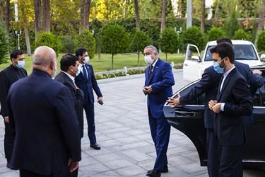 استقبال محمد مخبر معاون اول رئیس جمهور از مصطفی الکاظمی نخست وزیر عراق
