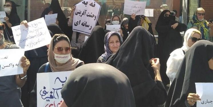 تجمع حامیان کمپین «نه به واکسیناسیون اجباری» مقابل وزارت کشور