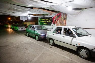 صف خودروهای مراجعه کننده به مرکز واکسیناسیون خودرویی شبانه روزی