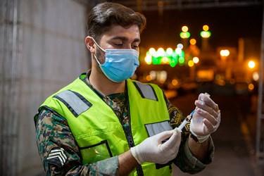 خدمت رسانی پایوران یگان ویژه در مرکز واکسیناسیون خودرویی شبانه روزی