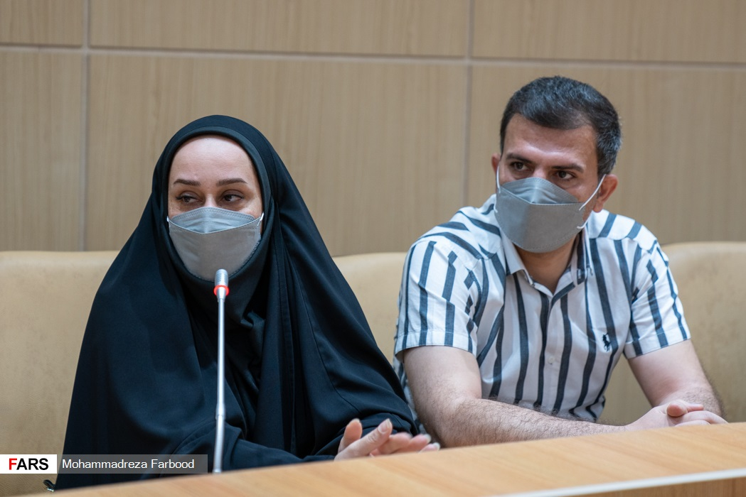از سمت راست: همسر ساره جوانمردی و ساره جوانمردی دارنده مدال طلا پارالمپیک 2020 توکیو /  سالن اجتماعات ستاد دفتر امام جمعه شیراز