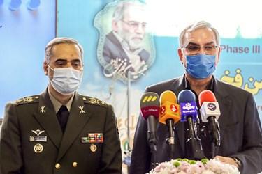 از راست: بهرام عینالهی وزیر بهداشت و امیر سرتیپ محمدرضا آشتیانی وزیر دفاع در جمع خبرنگاران در مراسم آغاز فاز سوم کارآزمایی بالینی واکسن فخرا