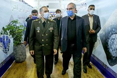 از راست: بهرام عینالهی وزیر بهداشت و امیر سرتیپ محمدرضا آشتیانی وزیر دفاع در مراسم آغاز فاز سوم کارآزمایی بالینی واکسن فخرا