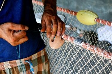 اجرها با طناب خوب گرده زده مي شود تا ماتع از ساييده شدن تور در كف دريا شود