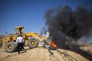 بعد از سوختن کامل، مواد باقیمانده را دفن میکنند