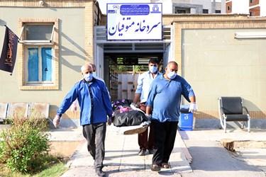 مراسم تشییع دکتر شهید صفدر امیری از پرسنل شاغل در آزمایشگاه بیمارستان گلستان اهواز که بر اثر ابتلا به کرونا جان باخت