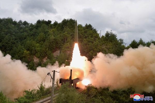 شلیک موشکهای کره شمالی از ریل قطار +عکس