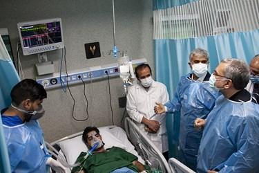 عیادت وزیر بهداشت از بیماران بستری در بخش ویژه بیماران کرونایی