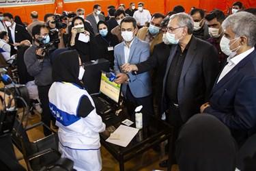 بازدید وزیر بهداشت از مرکز واکسیناسیون در کرمانشاه