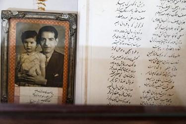 عکس یادگاری استاد و فرزندشان در کنار شعری به دستخط ایشان در خانه و موزه ادبی استاد شهریار به نمایش گذاشته شده است.
