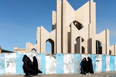 نمایی از بنای مقبرةالشعرا در حالیکه زنان از مقابل آن عبور میکنند، دیده میشود. مقبرةالشعرا آرامگاه عارفان و شاعران بزرگ و همچنین استاد شهریار است که در محله سرخاب و در شمال شهر تبریز واقع شده است.