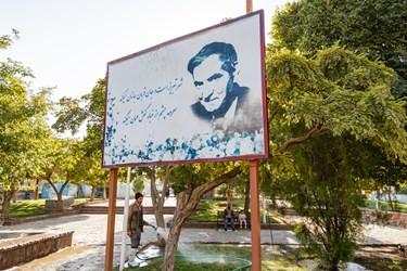 تابلو شعر معروف استاد در باره شهر تبریز به همراه عکس ایشان در پارک  مقبرةالشعرا دیده میشود.