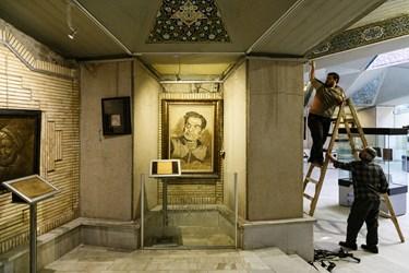 نمایشگاه آثار هنری با موضوع استاد شهریار در دیوارهای اطراف آرامگاه ایشان دیده میشوند.