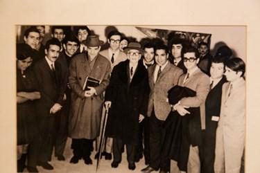 عکس دسته جمعی قدیمی  استاد شهریار در کنار استاد سرشناس آواز و موسیقیدان بزرگ ایرانی ابوالحسنخان اقبال آذردیده میشود. این عکس به همراه عکسهای دیگری از زندگی استاد در مقبرةالشعرا به نمایش گذاشته شده است.