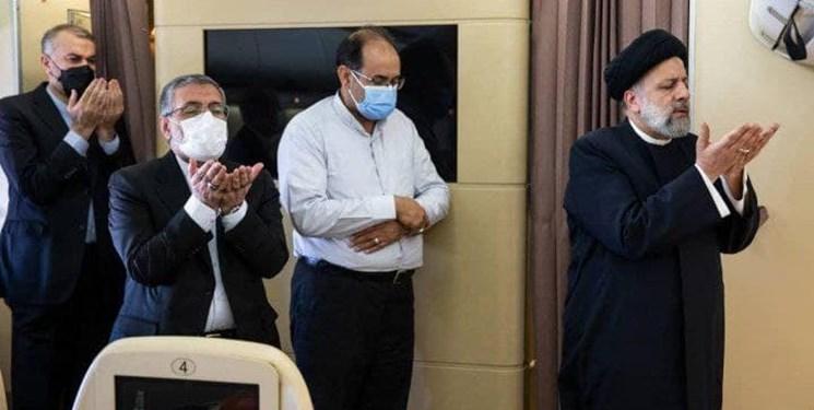 عکس جالب از اقامه نماز وحدت در هواپیمای رئیسجمهوری در مسیر تاجیکستان