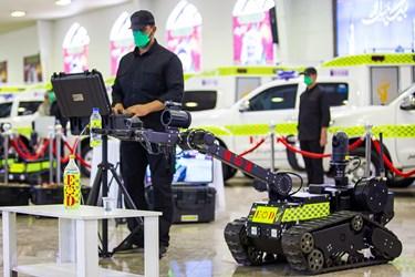 اپراتور ربات  خنثیسازی بمب در حال چک کردن دقت و سرعت عملکرد ربات