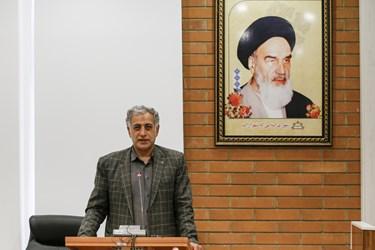 علیرضا کریمی در حال توضیح دادن برنامههایش در پست شهردار