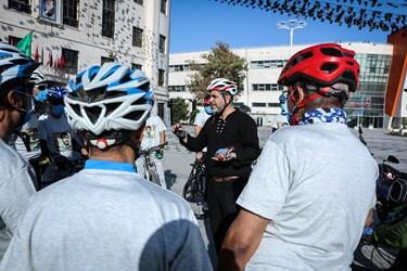 توضیحات مربی به دوچرخه سواران در میدان شهدایی مشهد
