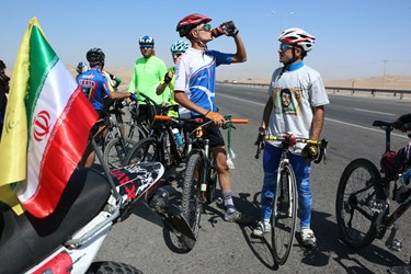 به دلیل طولانی بودن مسیر دوچرخه سواران به همراه خود آب آشامیدنی اورده اند که در بین مسیر توان رکاب زنی داشته باشند.