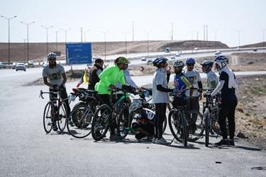 استراحت در بین راه دوچرخهسواران در جاده مشهد ـ نیشابور.