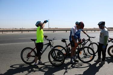 استراحت در بین راه دوچرخه سواران در جاده مشهد ـ نیشابور