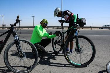 دوچرخه سوار تیوپ دوچرخه  را در بین مسیر در جاده مشهد ـ نیشابور تقویت میکند.