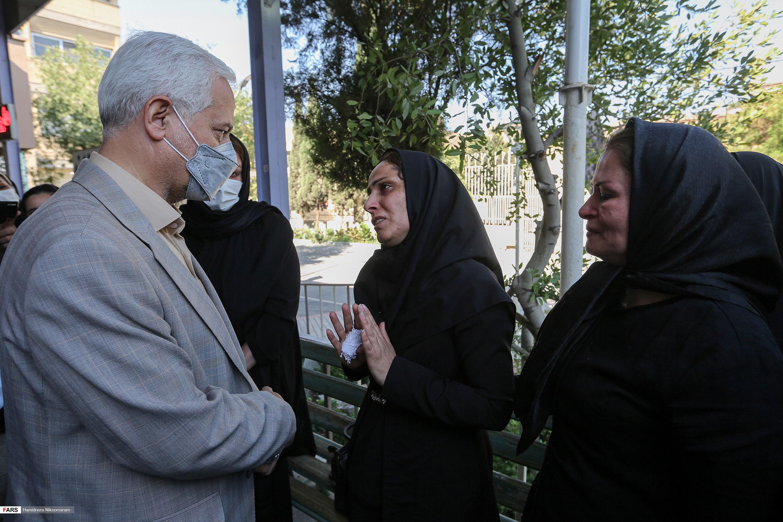 ابراز همدردی علی قاسمزاده شهردار اصفهان با مادر شهید نوجوان