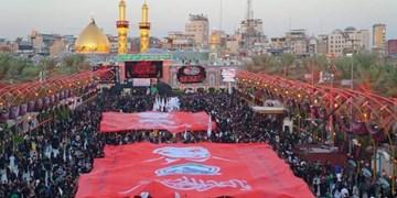 حال و هوای اربعین حسینی (ع)؛ پرچم «حاج قاسم» بر دوش زائران در بینالحرمین
