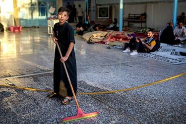 کمک کودکان در کار نظافت موکب های مسیر پیاده روی اربعین
