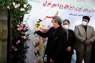 نواختن زنگ مهر توسط سیدجواد حسینی، رئیس سازمان آموزش و پرورش استثنایی