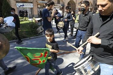 حضور دسته عزادارای محله اامیرالمومنین اجیرلو در مراسم توزیع هفتاد و دو دیگ اطعام و احسان حسینی
