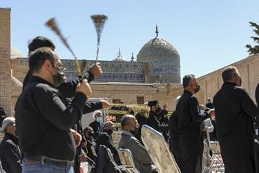 زنجیر زنی و عزاداری محله اامیرالمومنین اجیرلو در مراسم توزیع هفتاد و دو دیگ اطعام و احسان حسینی