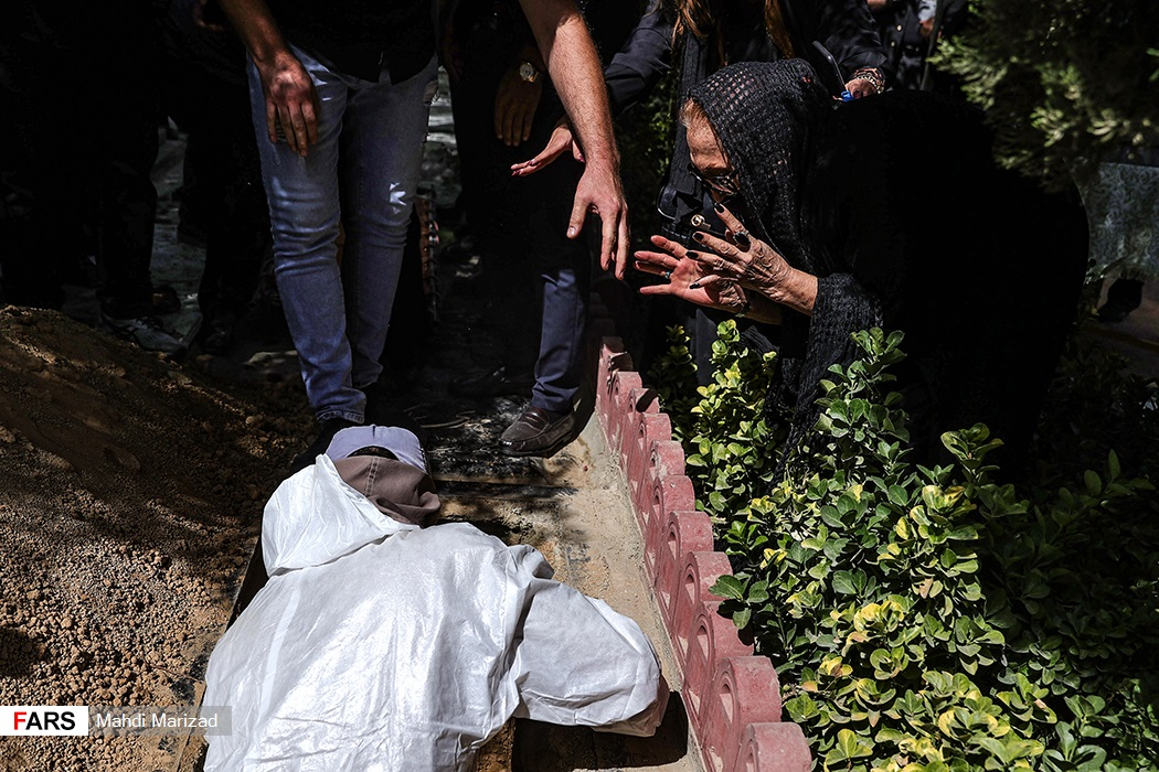 مراسم تدفین پیکر سیامک اطلسی بازیگر و دوبلور پیشکسوت در قطعه هنرمندان بهشت زهرا (س)