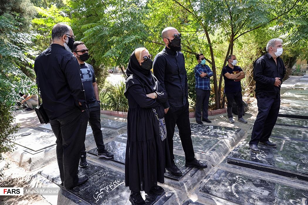 حضور اهالی فرهنگ و هنر در مراسم تشییع پیکر سیامک اطلسی در قطعه هنرمندان بهشت زهرا(س)