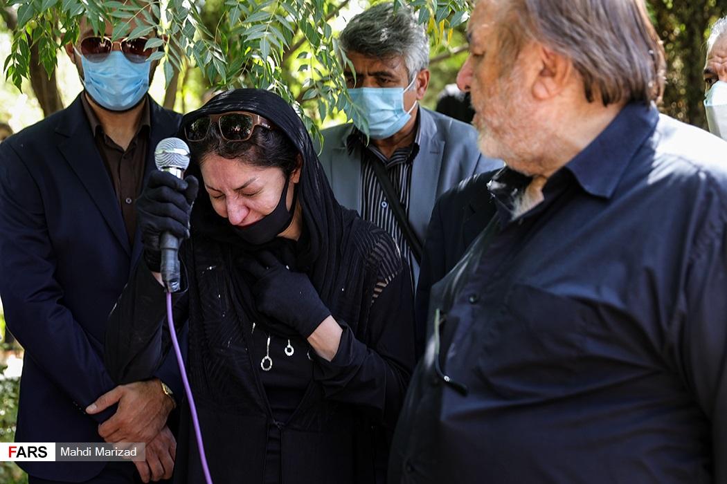 سخنرانی همسر مرحوم سیامک اطلسی بازیگر و دوبلور پیشکسوت در مراسم تشییع