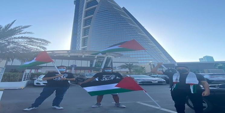 جوانان بحرینی با پرچم فلسطین مقابل سفارت رژیم صهیونیستی در منامه تجمع کردند