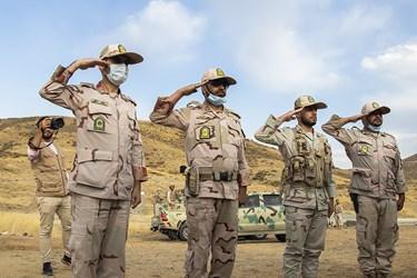 ادای احترام مرزبانان حاضر در یادمان شهدای عملیات نصر7 (بلفت و دوپازا)