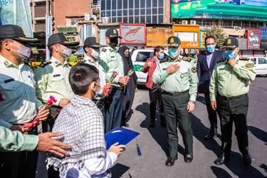 حضور سردار حسین رحیمی فرمانده پلیس تهران در برناممه اهدای گل به مردم به مناسبت هفته نیروی انتظامی