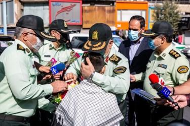 اهدای گل و ماسک به مردم در هفته نیروی انتظامی
