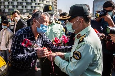اهدای گل توسط سردار حسین رحیمی فرمانده پلیس تهران به مردم به مناسبت هفته نیروی انتظامی