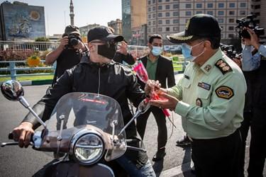 اهدای گل به مردم توسط نیروهای پلیس  به مناسبت هفته نیروی انتظامی
