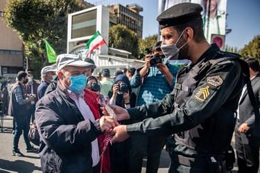 اهدای گل و ماسک به مردم به مناسبت هفته نیروی انتظامی