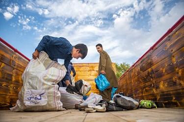 پس از رسیدن کامیون حامل بار توسط جوانان این شهر  تمامی بار های به انبار منتقل شد