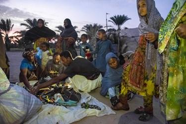 بنا بر درخواست خود اهالی این محل تمامی اقلام باز شده تا خودشان بنا بر نیازشان لباس و کفش انتخاب کنند