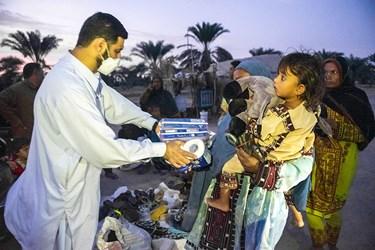 اهدا لوازم و بسته های بهداشتی به بانوان این روستا