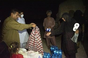 اهالی این روستا از آب آشامیدنی سالمی برخوردار نیستند به همین دلیل بسته های آب آشامیدنی به انها اهدا شد