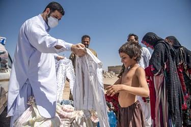 اهدا لباس  به کودکی که بنا بر وضع مالی نا مناسب خانواده سالها بود که لباس نو برتن نکرده بود